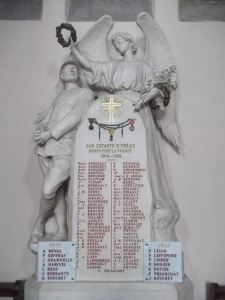 Monument commémoratif situé à l'intérieur de l'Eglise d'Eréac.